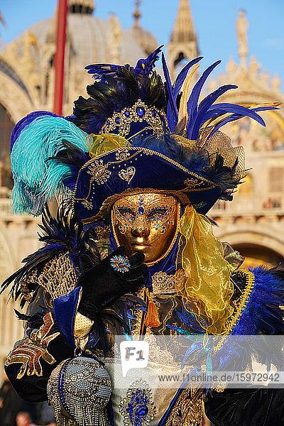 Masken am Karneval von Venedig auf dem Markusplatz  Venedig  Venetien  Italien  Europa