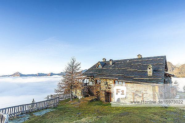 Motta-Hütte bei Sonnenaufgang mit Nebel  der das Tal bedeckt  Valmalenco  Valtellina  Lombardei  Italien  Europa