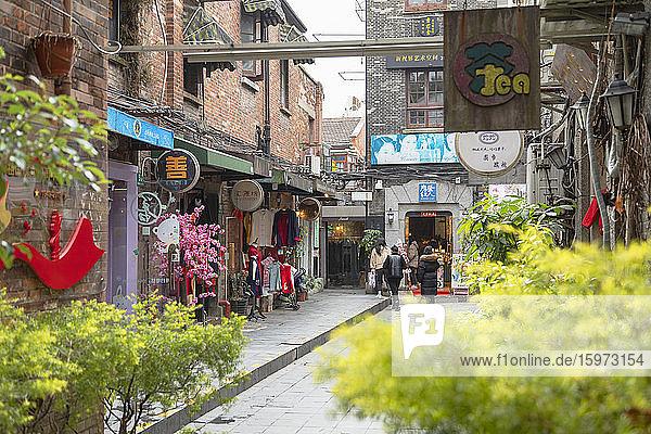 Menschen in den Gassen von Tianzifang  Shanghai  China  Asien