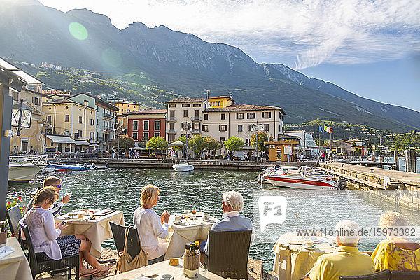 Blick auf Hafen und Architektur an einem sonnigen Tag  Malcesine  Gardasee  Provinz Verona  Venetien  Italienische Seen  Italien  Europa