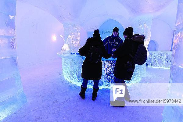 Sorrisniva Iglu-Hotel im Winter  Schnee- oder Eishotel  markante Skulptur  Eisbar  Alta  Finnmark  Polarkreis  Nordnorwegen  Skandinavien  Europa
