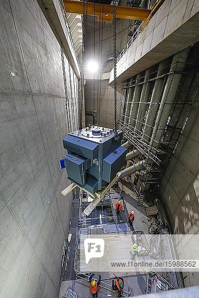 Motoreneinbau im Pumpwerk Oberhausen  Neubau Abwasserkanal Emscher  Emscherumbau  Ruhrgebiet  Oberhausen  Nordrhein-Westfalen  Deutschland  Europa