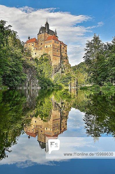 Burg Kriebstein bei Mittweida  Spiegelung im Fluss Zschopau  Kriebstein  Sachsen  Deutschland  Europa