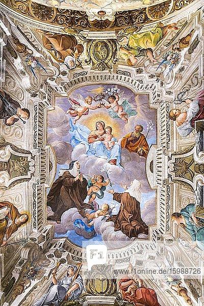 Die seligen Caterina und Giuliana beten die Jungfrau mit segnendem Jesuskind an  Deckenfresko von Antonio Busca  1686  Wallfahrtsweg Sacro Monte di Varese  Barock  UNESCO Weltkulturerbe  Santa Maria del Monte  Varese  Lombardei  Italien  Europa