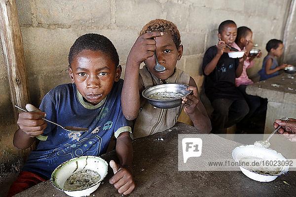 Kostenlose Nahrungsmittelverteilung für Straßenkinder