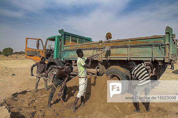 Arbeiter beim Verladen von Erde in der Provinz Savanes  Togo
