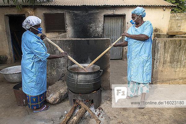 Herstellung von Sheabutter in einer Frauenkooperative in Dapaong  Togo