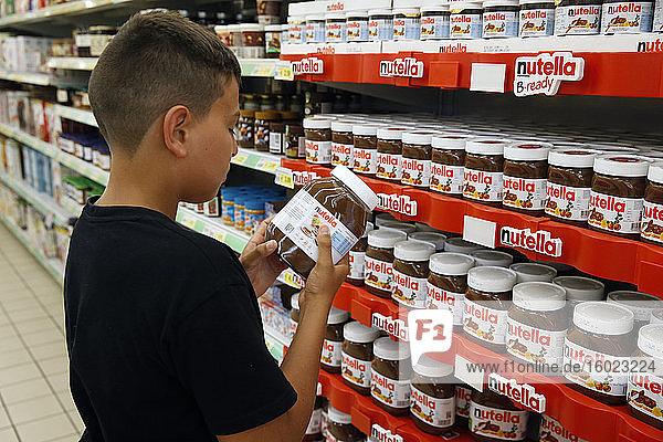Teenager kauft Nutella in einem Supermarkt im Salento  Italien
