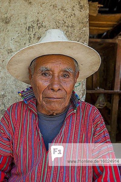 Porträt eines alten Maya-Mannes vor seinem Haus in der Stadt San Antonio am Atitlan-See im südwestlichen Hochland von Guatemala.