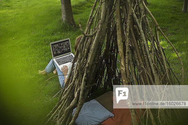 Videokonferenz von Frauen mit Freunden auf Laptop-Bildschirm am Tipi