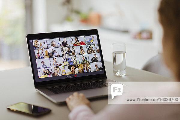 Videokonferenzen von Kollegen auf Laptop-Bildschirm