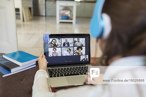 Video-Chat unter Kollegen auf Laptop-Bildschirm