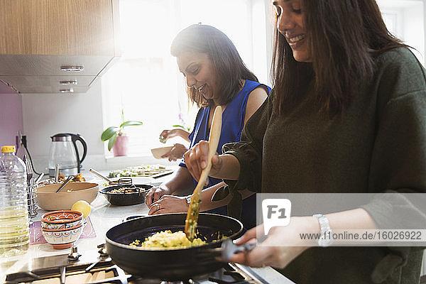 Indische Frauen kochen Essen in der Küche