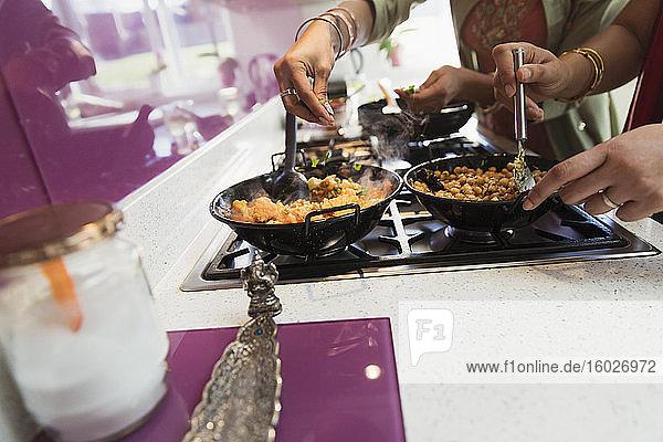 Indische Frauen kochen Essen am Herd in der Küche
