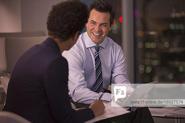 Treffen von Geschäftsleuten im Amt