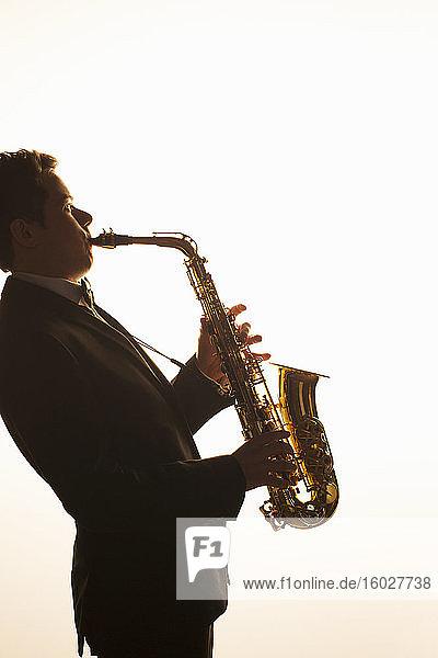 Silhouette eines Saxophonisten beim Auftritt
