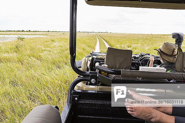Füße im Safari-Fahrzeug  Botswana