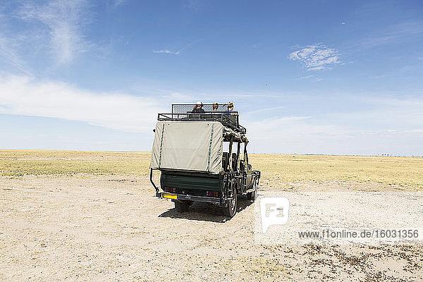 Safari-Fahrzeuge  Kalahari-Wüste  Makgadikgadi-Salzpfannen  Botswana