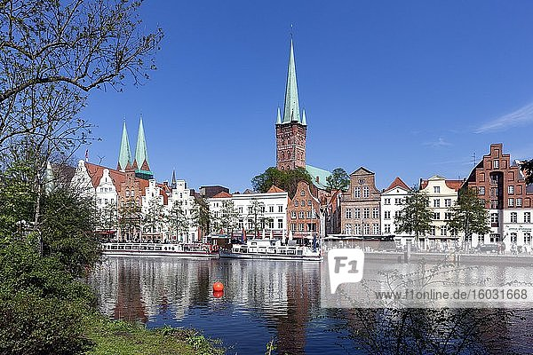 Stadtansicht Lübeck  Kirche St. Petri  historische Bürgerhäuser an der Obertrave  Lübeck  Schleswig-Holstein  Deutschland  Europa