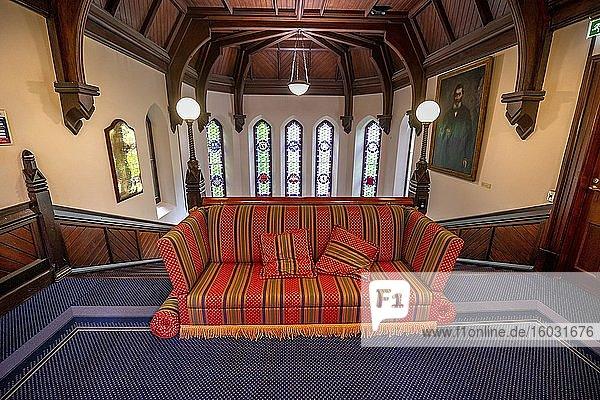 Sofa im Treppenhaus des alten Universitätsgebäudes  altes neugotisches Hauptgebäude  University of Otago  Dunedin  Otago  Neuseeland  Ozeanien