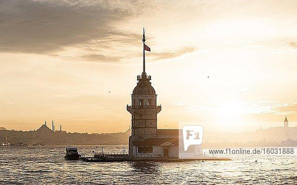 Leuchtturm  Leanderturm oder Mädchenturm  K?z Kulesi  bei Sonnenuntergang  Insel im Bosporus  Üsküdar  Istanbul  Türkei  Asien