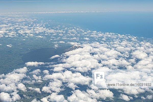 Mount Taranaki mit Wolken  Luftaufnahme  Nordinsel  Neuseeland  Ozeanien