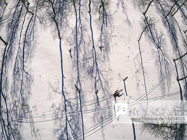 Hochwinkelaufnahme von Skilangläufern in Vasterbottens Lan  Schweden.