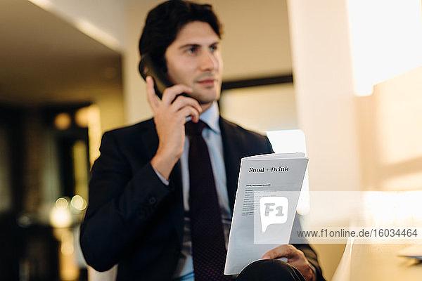 Geschäftsmann bestellt Zimmerservice im Hotel