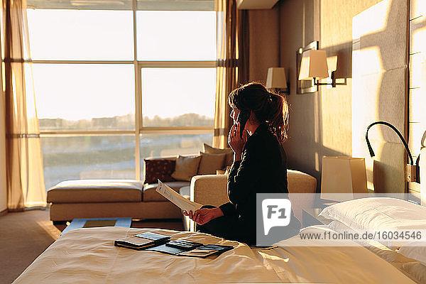Geschäftsfrau bestellt Zimmerservice im Hotel