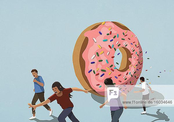 Menschen  die vor einem großen gestreuten Donut davonlaufen