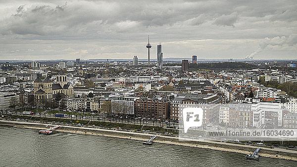 Colonius-Fernsehturm über dem Kölner Stadtbild  Deutschland