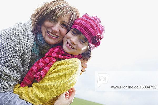Porträt glückliche Mutter und Tochter beim Umarmen