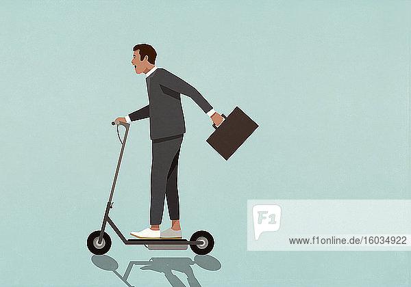 Sorgloser Geschäftsmann mit Aktentasche auf motorisiertem Roller