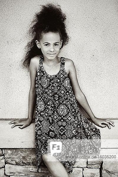 Porträt selbstbewusstes  schönes Mädchen in gemustertem Kleid