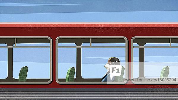 Frau mit Grippemaske fährt leeren Bus
