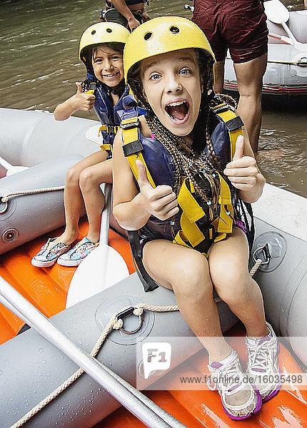 Porträt glückliche Schwestern  die sich auf Wildwasser-Rafting vorbereiten