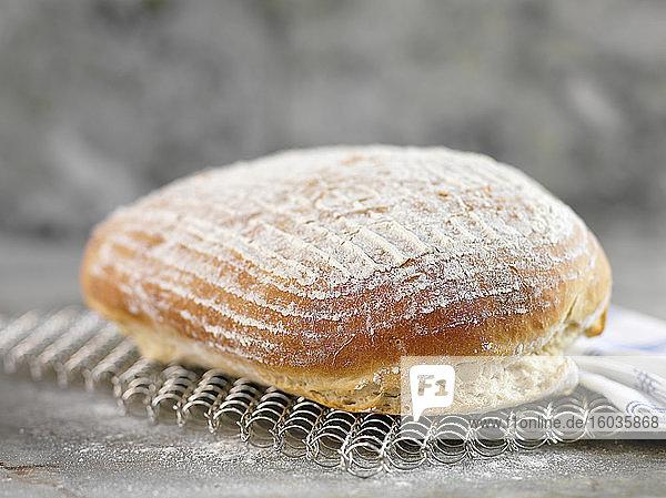 Frisch gebackenes Kartoffelbrot auf Abkühlgitter