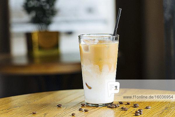 Kokos-Mango-Cocktail mit Kokoslikör und Kaffeebohnen