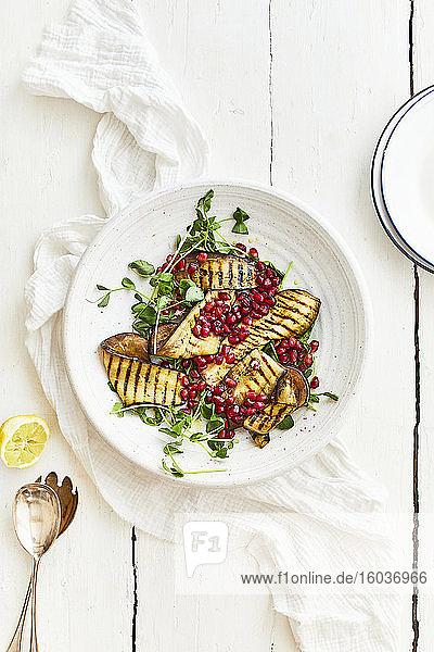 Gegrillter Auberginensalat mit Brunnenkresse und Granatapfelkernen