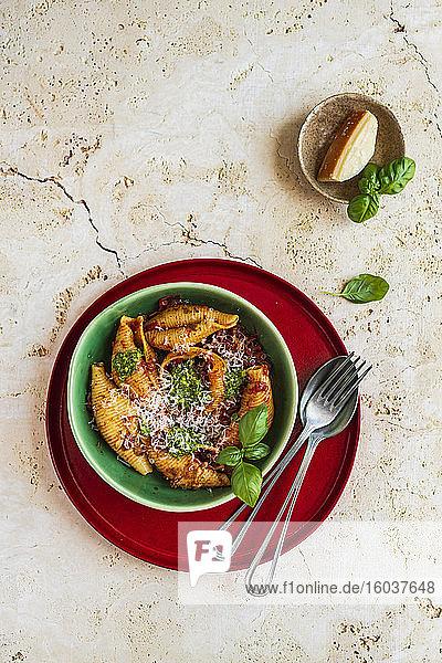 Conchiglioni mit Tomatensauce  Pesto und geriebenem Parmesan