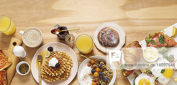 Gesundes Sonntagsfrühstück mit Croissants  Waffeln  Müsli und Sandwiches