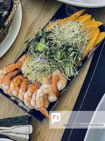 Vorspeisenplatte mit Shrimps  Mango und Sprossen