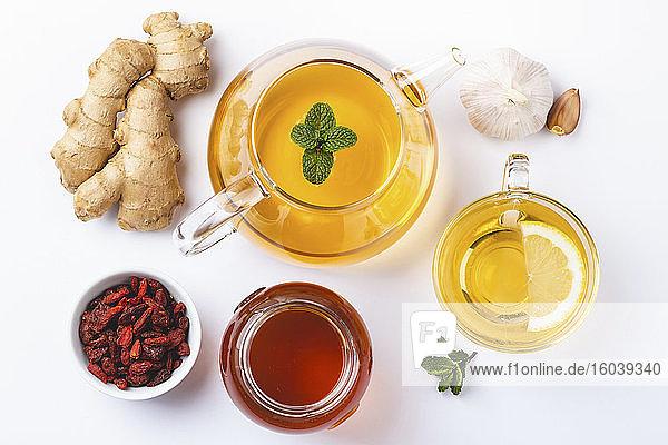 Selbstgemachter Ingwer-Zitronen-Tee mit Honig  Goji und Knoblauch