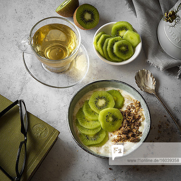 Joghurt mit Müsli und Kiwis zum Frühstück