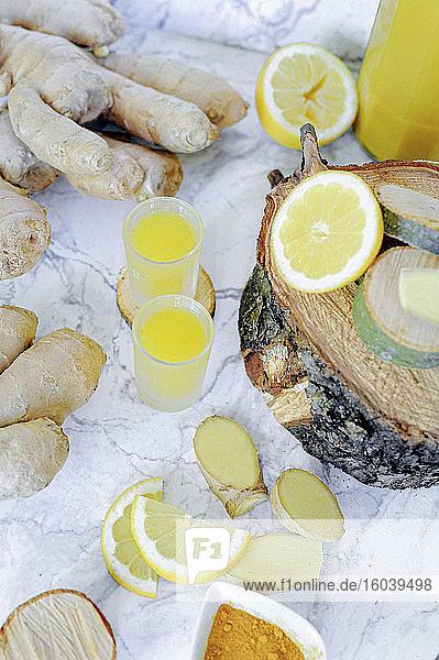 Zitronen-Shot mit Ingwer und Kurkuma