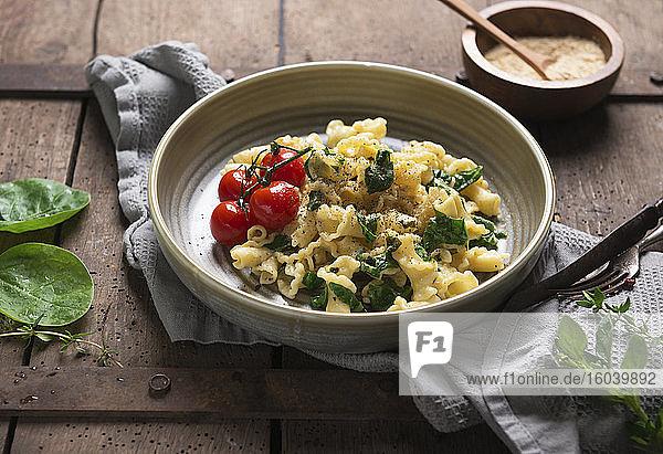 Kelchnudeln mit Knoblauchöl  Spinat und gegrillten Tomaten