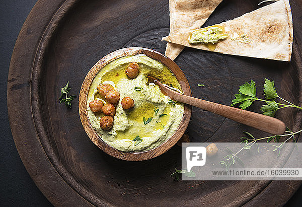 Kräuter-Hummus mit arabischem Fladenbrot