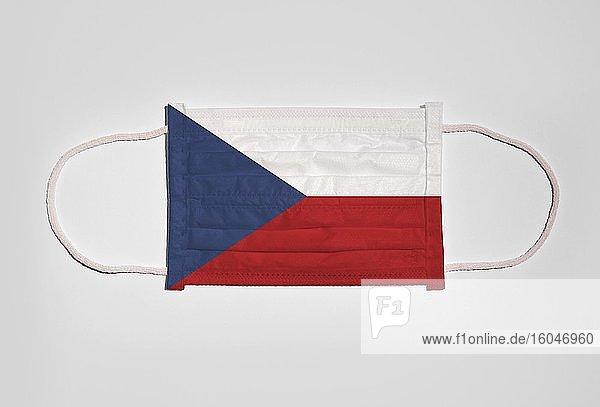 Symbolbild Corona-Krise  Mundschutz  Atemschutzmaske  Mund-Nase-Schutz mit Flagge von Tschechische Republik  weißer Hintergrund