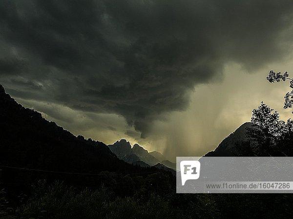 Gewitter und Regenwolken über Bergggipfeln  Admonter-Reichenstein-Gruppe  Gesäuse  Steiermark  Österreich  Europa