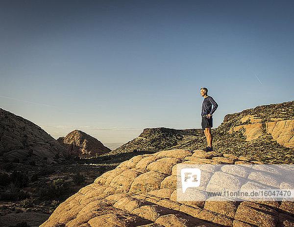 USA  Utah  St. George  Mann steht in felsiger Landschaft